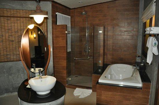 Aonang Phu Petra Resort, Krabi: Badezimmer