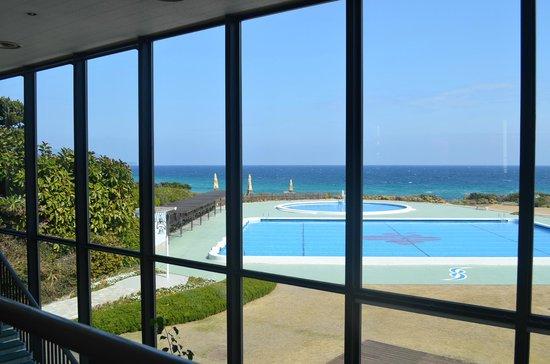 Hotel Izukyu: 室内ロビーから白浜海岸を見る