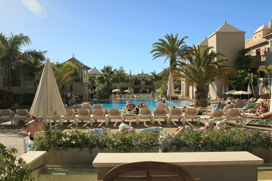Marylanza Suites & Spa: Sunny pool area