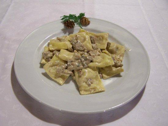 Agriturismo Fontandrone: Ravili di noci panna e funghi porcini