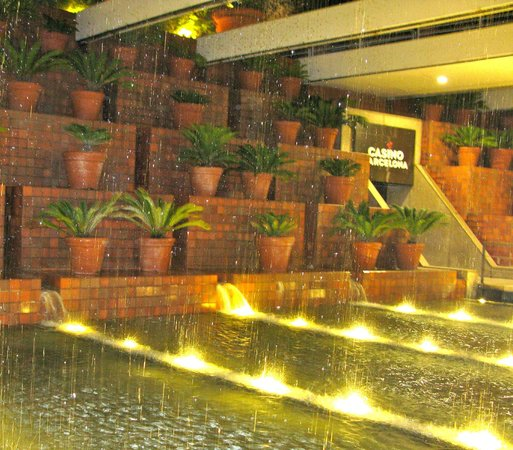 Hotel Arts Barcelona: Water feature at the entrance