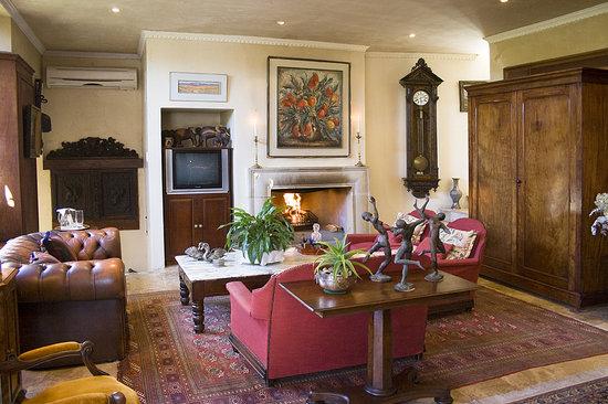 Kennedys Beach Villa: Villa lounge area with romantic fireplace