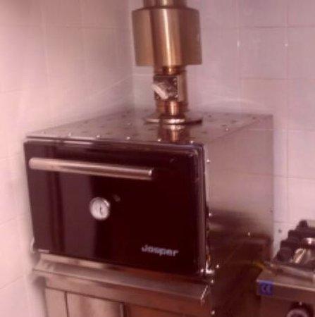 Taberna El Aviso: Tapas y platos elaborados en horno de carbón Josper.