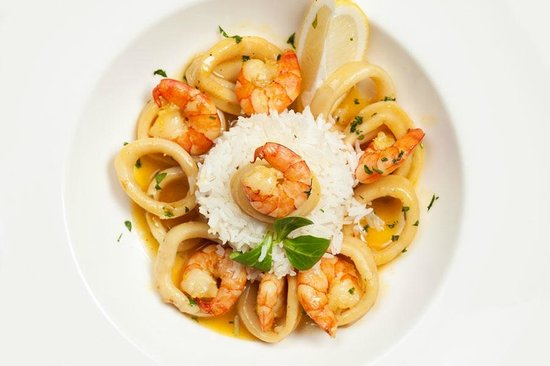 Pegas Restaurant & Terrace: Pure white basmati surrounded by seafood with curry sauce.