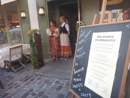 Le Pommier Restaurant: les costumes des fêtes médiévales