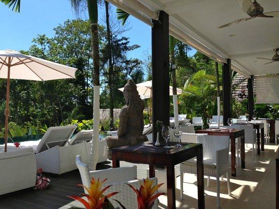 Oxygen Jungle Villas : dining/pool area