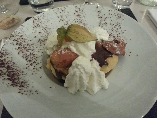 El Theatris : profiteroles de madeleines glace mirabelle chocolat fondu