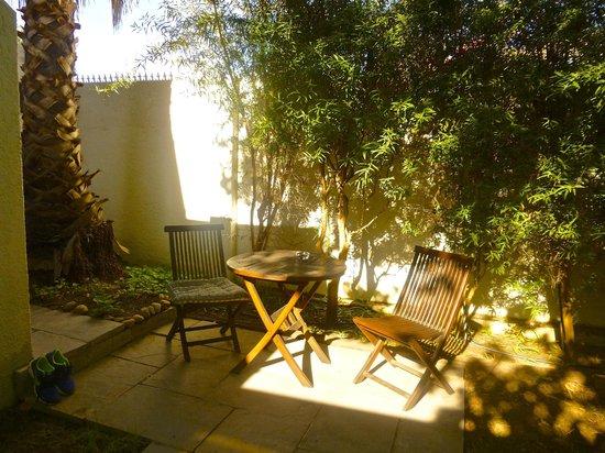 Rustenbosch Guest House : Sitzplatz neben Apartment 4