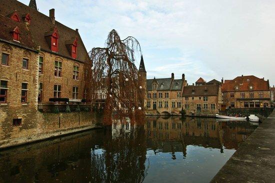 Boottochten Brugge: Стоянка экскурсионных лодочек