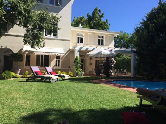 Summerwood Guest House: Garten und Pool