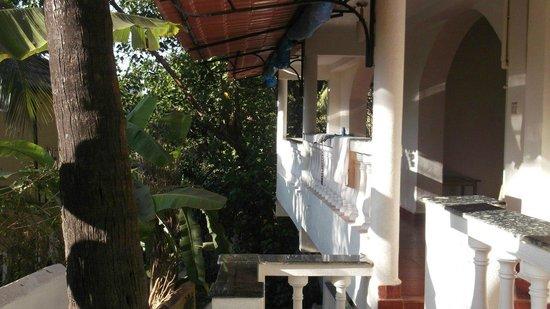 Shalom Guest House : балкончик который выходит на 9 bar