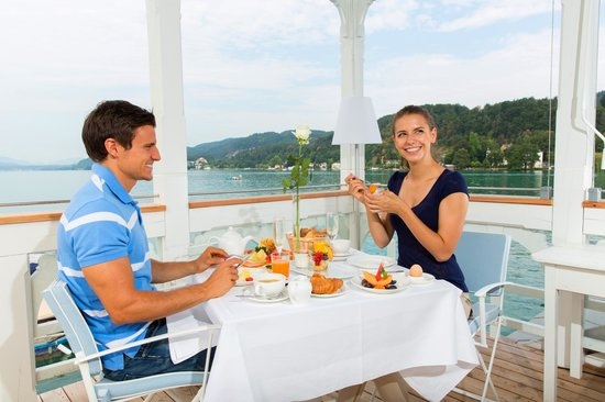 Werzer's Badehaus: Frühstücken auf der Werzer's Beach Club Terrasse
