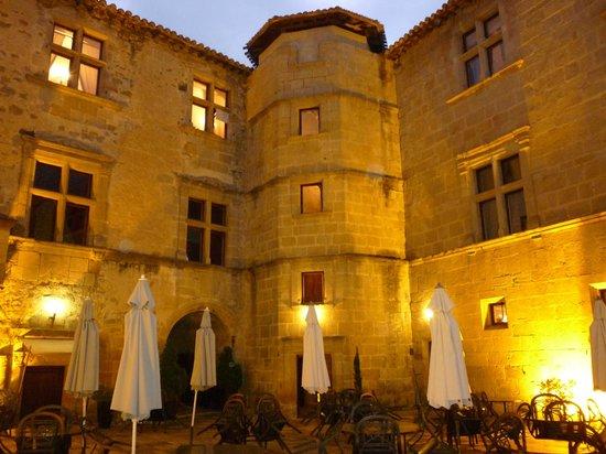 Chateau des Ducs de Joyeuse : cortile interno
