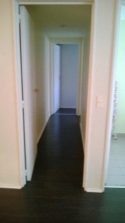 Sarmiento Suites Apartment Hotel: Pasillo al dormitorio y baño