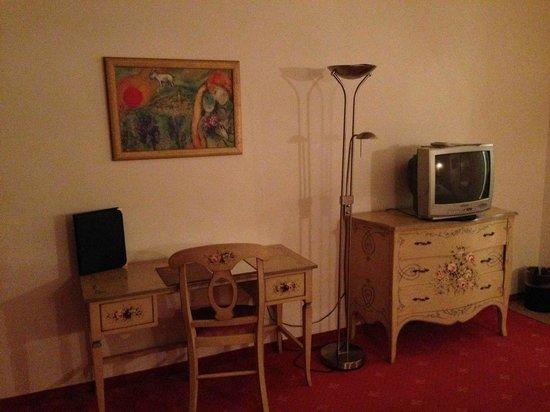 Best Western Hotel Rhoen Garden: Wohnbereich mit altem TV