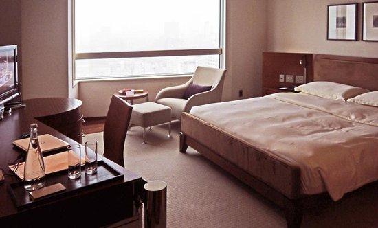 Grand Hyatt Tokyo: Business oriented room with huge desk
