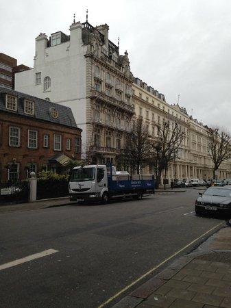 Grand Royale London Hyde Park: улица возле гостиницы - отель слева, белый - первый высокий