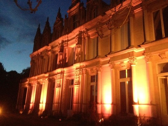 Château de la Madeleine : La façade sud illuminée