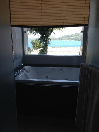 Cape Sienna Hotel & Villas: Utsikt från duschen mot jacuzzin