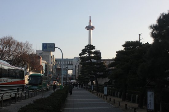Kyoto Tower Hotel: The Kyoto Tower at top of the hotel-building itself makes it easy to find ones way back home