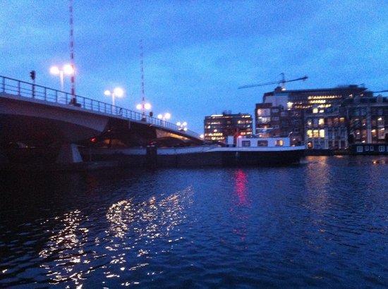 Houseboat Little Amstel : De brug wordt straks geopend zodat de rest van het schip er onderdoor kan.