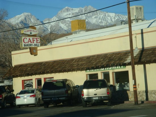 Alabama Hills Cafe and Bakery: Morning Rush Hour