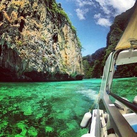 Ko Phi Phi Le, Thailand: Изумрудная вода и потрясающий ландшафт.. Райское место