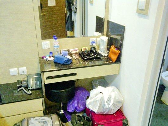 Marrison Hotel: Desk and mirror