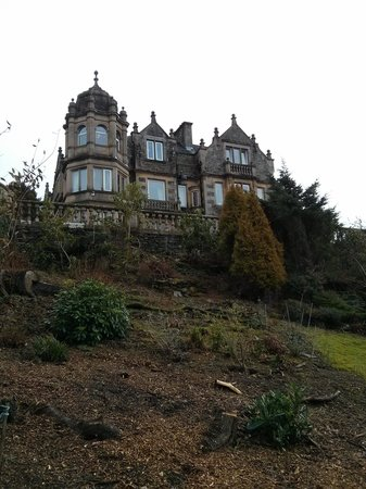 Langdale Chase Hotel : Hotel main building from the lake