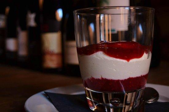 Osteria Spacciodivino: Biancomangiare di mascarpone con salsa ai lamponi