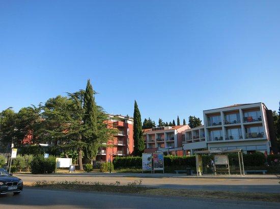 Remisens Hotel Lucija: Вид на отель (через дорогу)