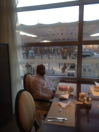 Anwar Al Madinah Movenpick Hotel : breakfast with a view of the haram