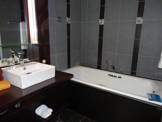 Manava Suite Resort Tahiti : Bathtub