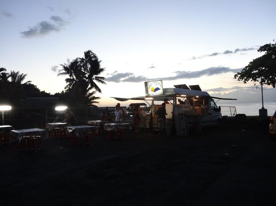 Manava Suite Resort Tahiti: night food vans