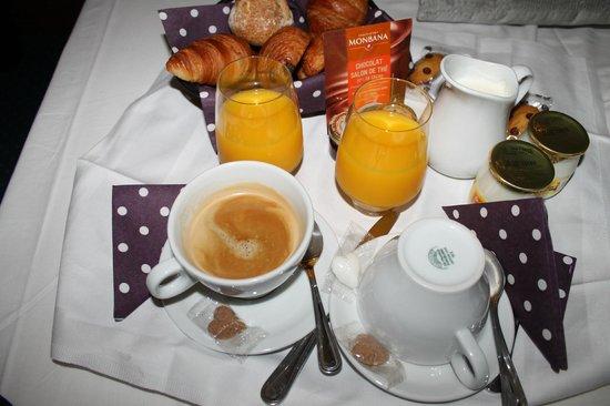 Le VIP Paris Yacht Hotel: petit dejeuner en chambre