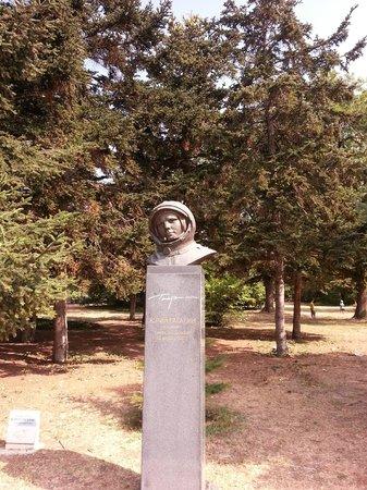 Sea Garden: памятник Ю.Гагарину в Морском парке