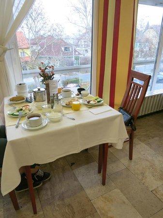 Hunguest Helios Hotel Anna: Столик на двоих за завтраком в столовой отеля