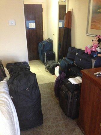 Hampton Inn Closest to Universal Orlando: Vista do apartamento carregado de malas, já no dia de ir embora