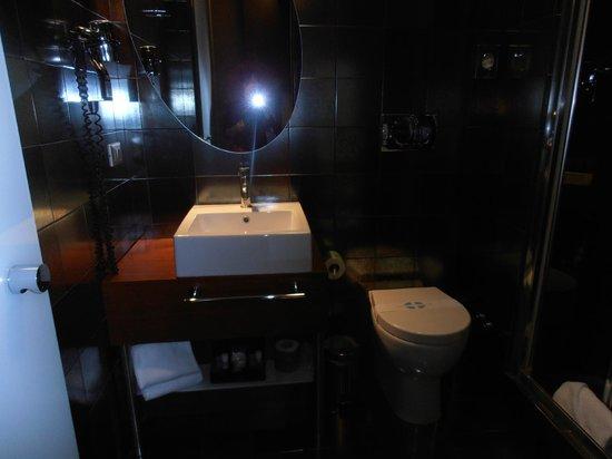 Hotel Metropolis - Chateaux & Hotels Collection: baño bien equipado, limpio. solo ducha.