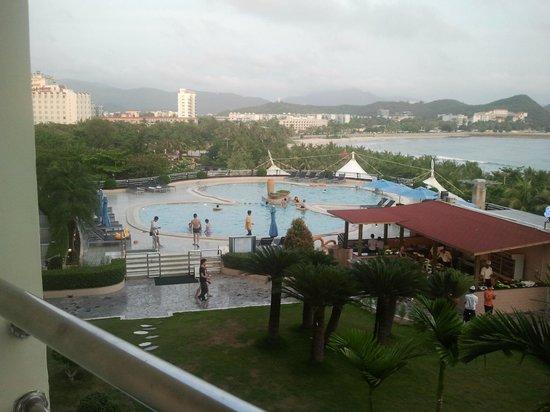Sanya Pearl River Garden Hotel: Вид с балкона.