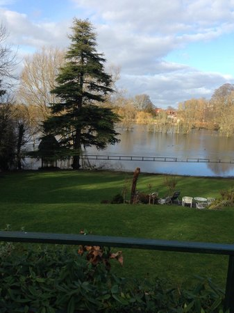 Grasmere House Hotel: view of the swollen nadder river