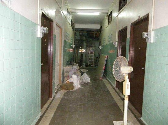 Suksawad Hotel: Corridor to room