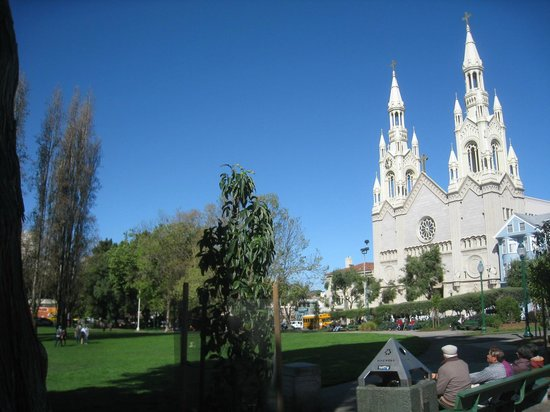 Little Italy : 中心の公園と教会
