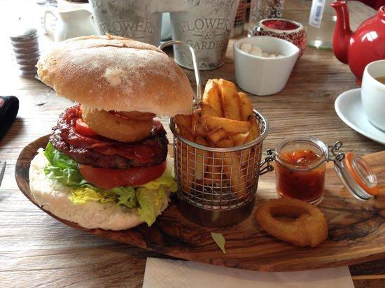 Charlie's Boathouse: Charlie's Burger, very good :-) love the chutney.