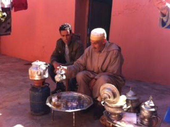 Marrakech Weekend - Day Tours : mint tea with Berber old man