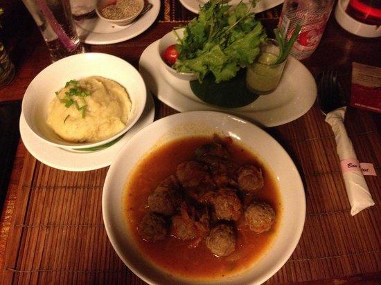 Restaurant The House, LAO FOOD and Western: Balletjes in tomatensaus, op grootmoeders wijze.