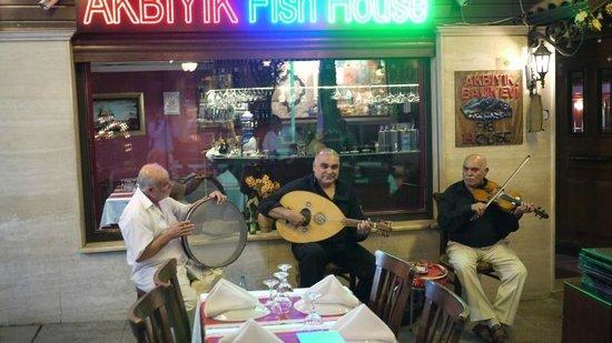 Akbiyik Balik Evi : バンドのおじさん
