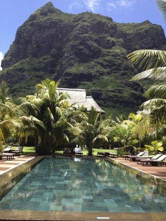 Beachcomber Dinarobin Hotel Golf & Spa : piscine au pied du Morne