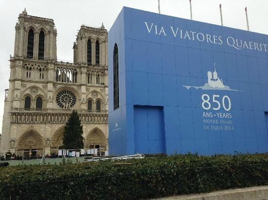 Tours de la Cathedrale Notre-Dame : Le parvis est complètement défiguré à cause de cette structure !!!!