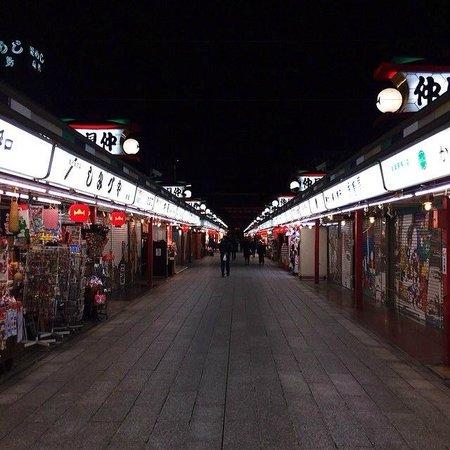 Nakamise Shopping Street (Kaminarimon): 夜の仲見世通り